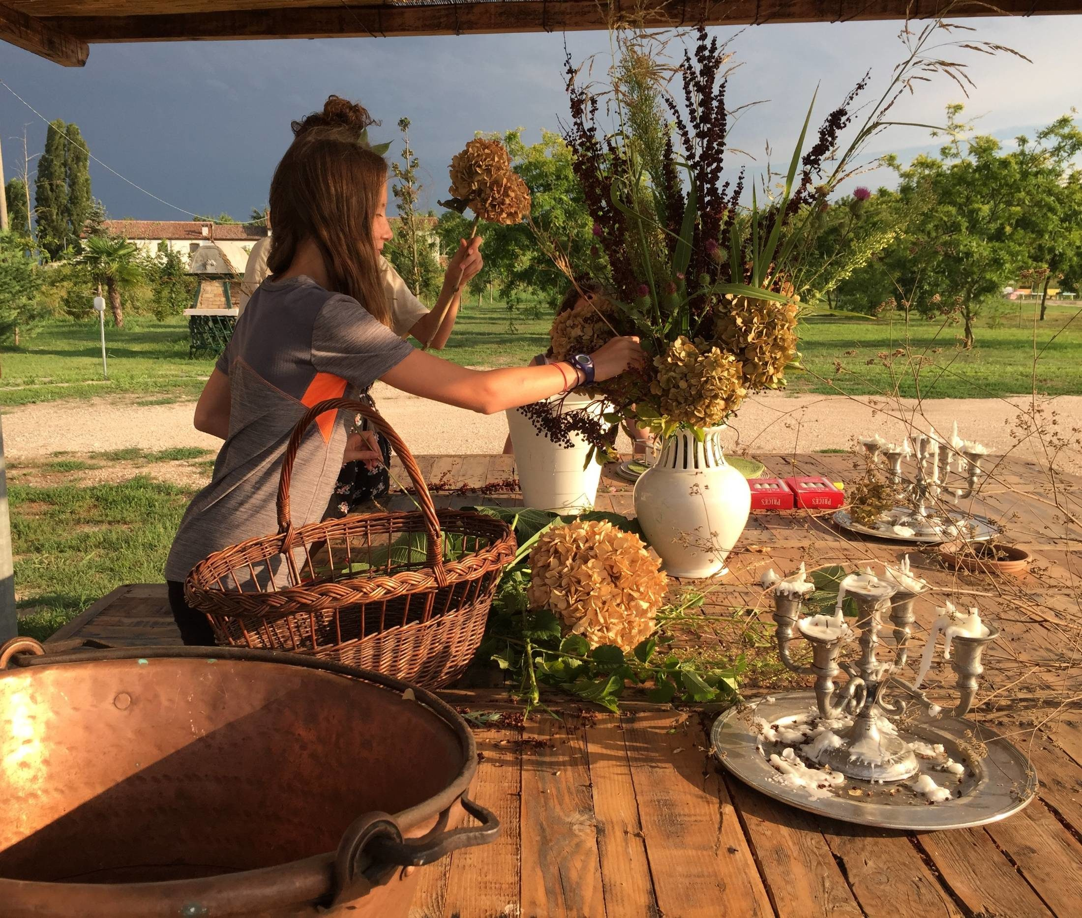 Il carrotavolo apparecchiato per l'aperitivo al tramonto