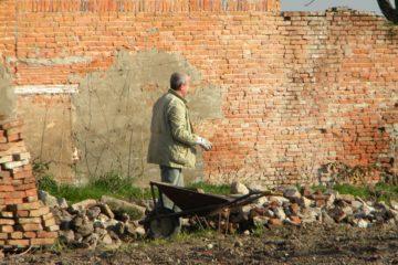 Enrico lavora i campi