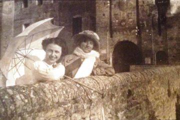 La nonna di Enrico davanti al castello di Sanguinetto