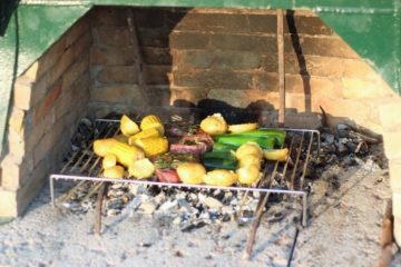 Verdure che cuociono sul barbecue di Borgogelsi
